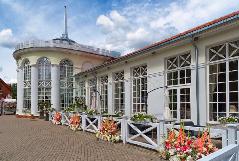 Raudondvaris Lituania, opinión al aire libre del verano del restaurante del naranjal fotos de archivo libres de regalías