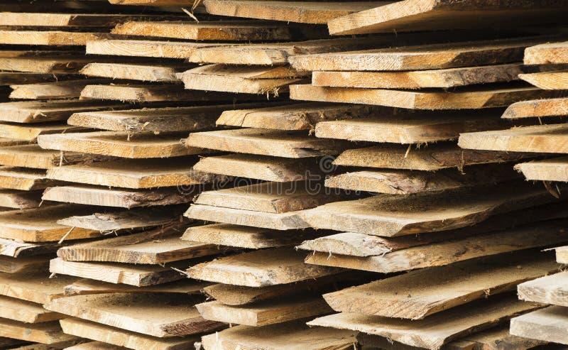 Raue hölzerne Planke im Haufen lizenzfreies stockbild