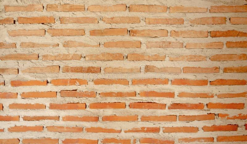 Raue horizontale Linie des nat?rlichen hellbrauneren Farblehmziegelsteines im Betonkonstruktions-Wandhintergrund des M?rsers lizenzfreie stockfotografie