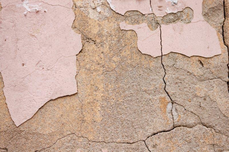 Raue rustikale sch?bige Beschaffenheit des Hintergrundes der alten Wand mit rosa gebrochenem Gips und Zement stockfoto