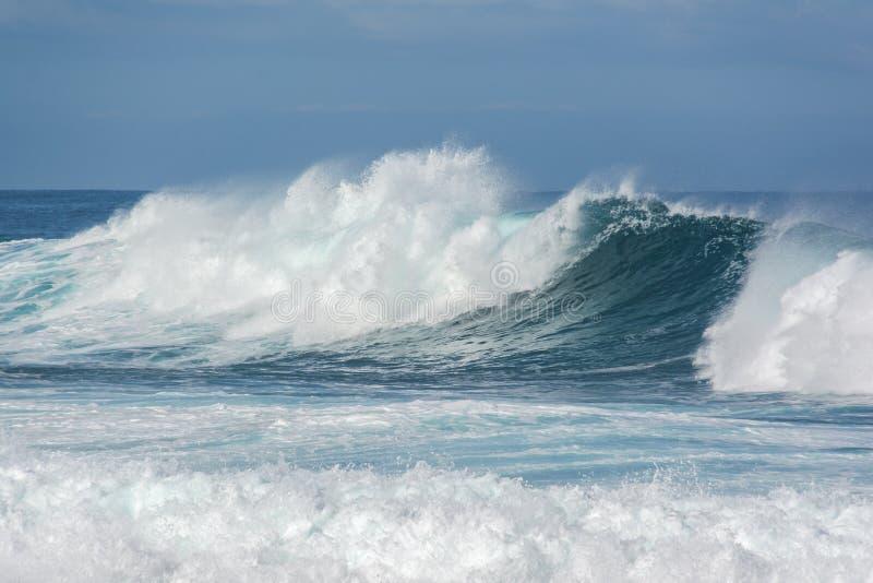 Raue Wellen, die im Ozean zusammenstoßen lizenzfreies stockfoto