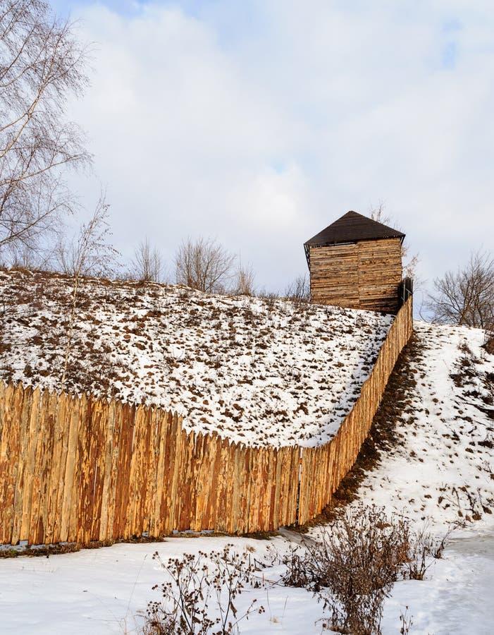 Rauer Bretterzaun auf dem Hügel in der Winterzeit lizenzfreie stockbilder