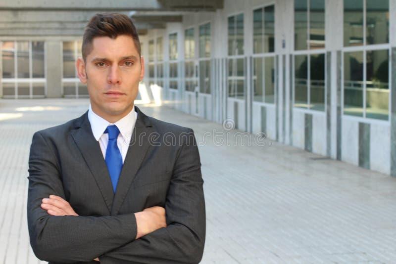 Rauer Geschäftsmann, der defensiv und grausam schaut lizenzfreie stockfotografie