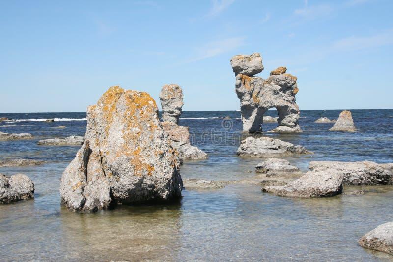 Rauk Feld auf der Küstenlinie von Gotland stockbild