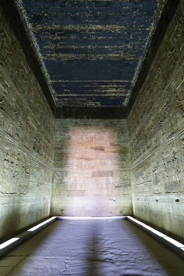 Raum in Denderah-Tempel, Qena, Ägypten lizenzfreie stockfotos