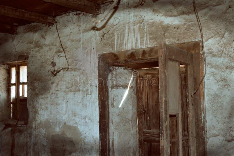 Raum in einem alten verlassenen Haus mit Schmutzwand und -Bretterboden lizenzfreie stockfotos