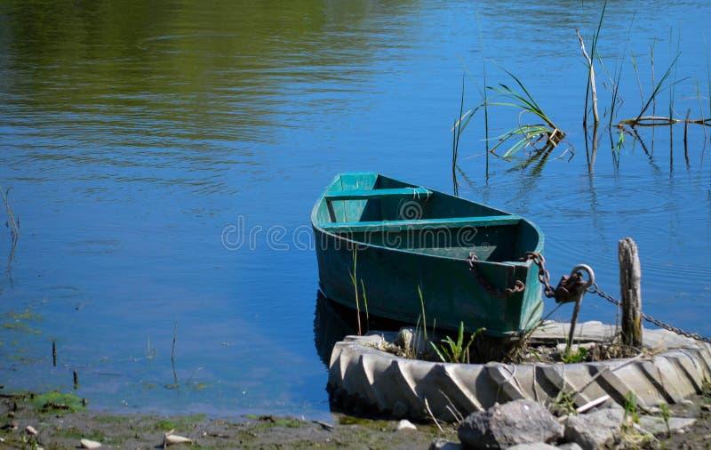 RAUM FÜR BEDECKUNGSschlagzeile UND TEXT Eisenboot auf dem Fluss lizenzfreie stockfotografie