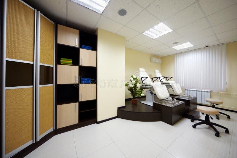 Raum für pedicure mit zwei Stühlen und Badewannen stockbild