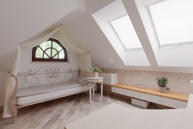 Raum im Dachboden lizenzfreie stockbilder