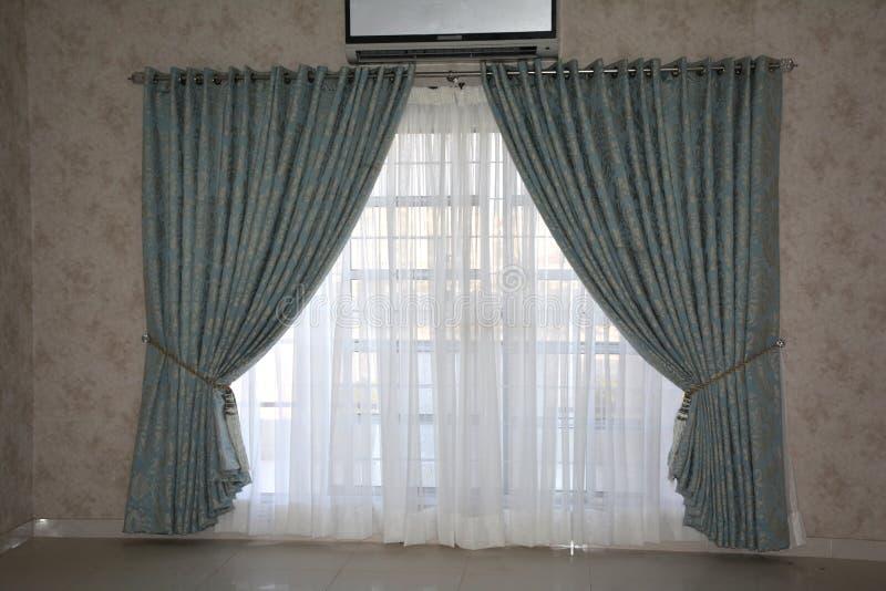 Raum-Innentapetendesign mit Fenstervorhang stockfotos