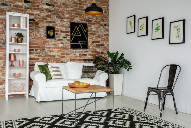Raum mit Couch und Tabelle stockfotos