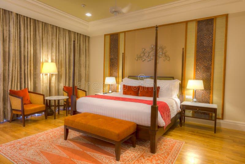 Raum mit dem Bett mit vier Plakaten, den Lampen und Parkettfußboden lizenzfreie stockbilder