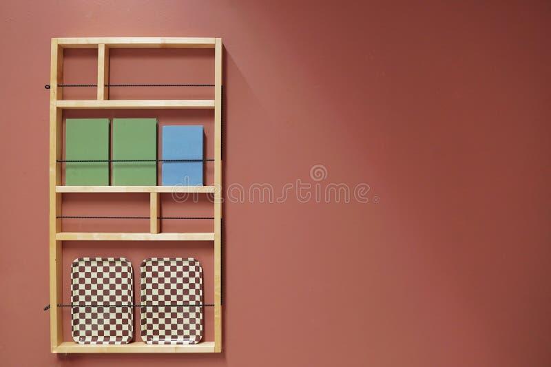 Raum mit dem Regal auf Pastell lizenzfreies stockbild