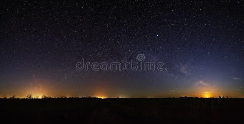 Raum mit den Sternen der Milchstraße im nächtlichen Himmel lizenzfreie stockfotos