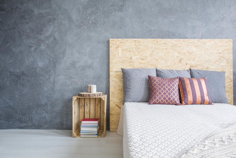 Raum mit eco, OSB-Bett stockbilder