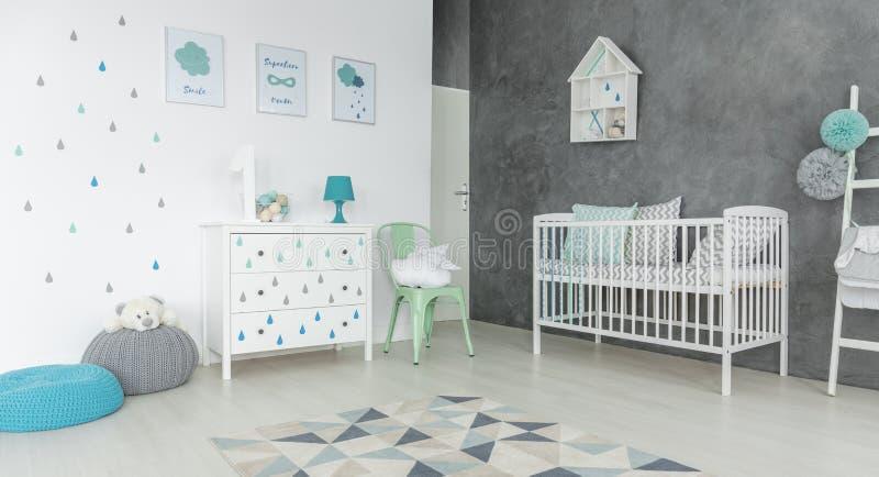 Raum mit einem blauen Puff stockfotografie