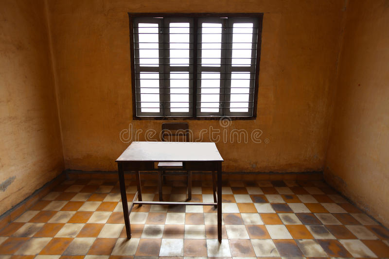 Raum mit einer Tabelle, asketisch und alt mit Fliesen lizenzfreie stockfotografie