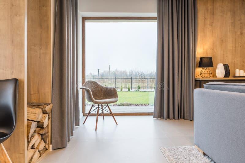 Raum mit großem Fenster stockfotos