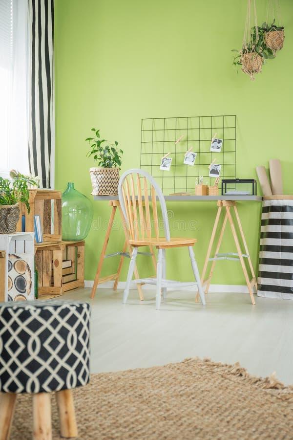 Raum mit Metallstuhl lizenzfreie stockbilder