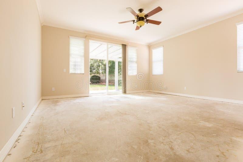 Raum mit Zement-Böden und Deckenlüfter stockbild