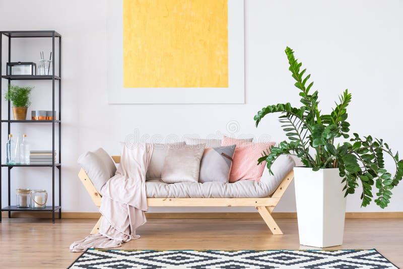 Raum mit Zierpflanze lizenzfreies stockbild