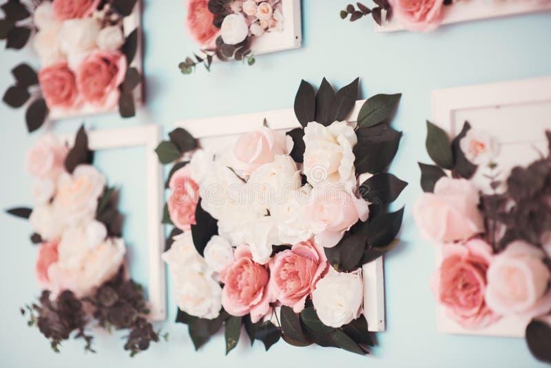 Raum wird schön mit bunten Blumen verziert lizenzfreie stockbilder