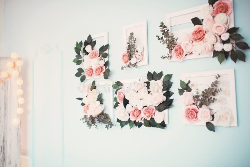Raum wird schön mit bunten Blumen verziert stockbilder