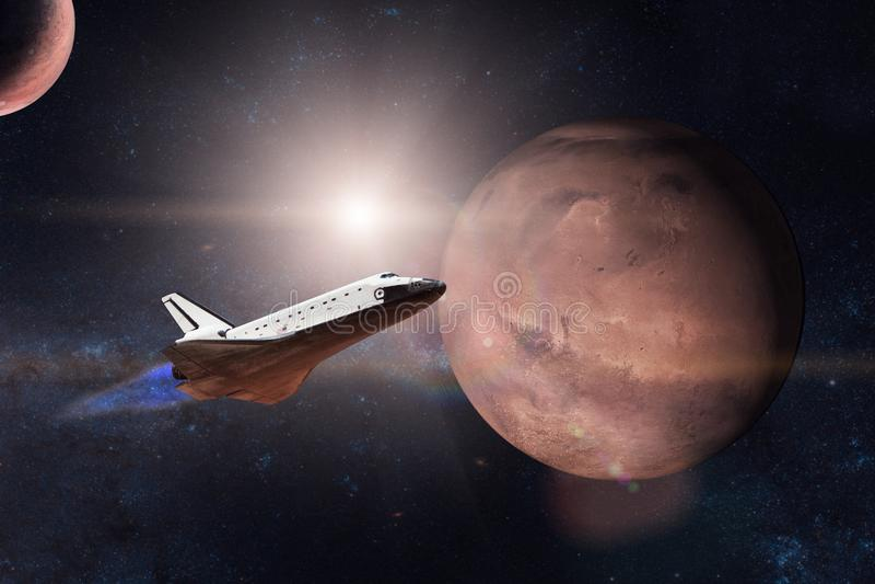Raumfähre, die auf einer Dienstreise auf Hintergrund von Mars sich entfernt lizenzfreie stockfotos