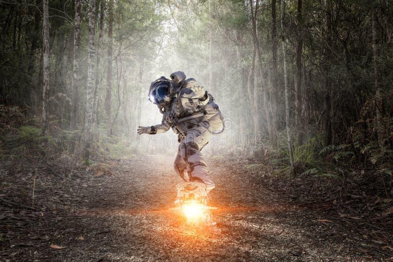 Raumfahrer auf Fliegenbrett Gemischte Medien stockbild