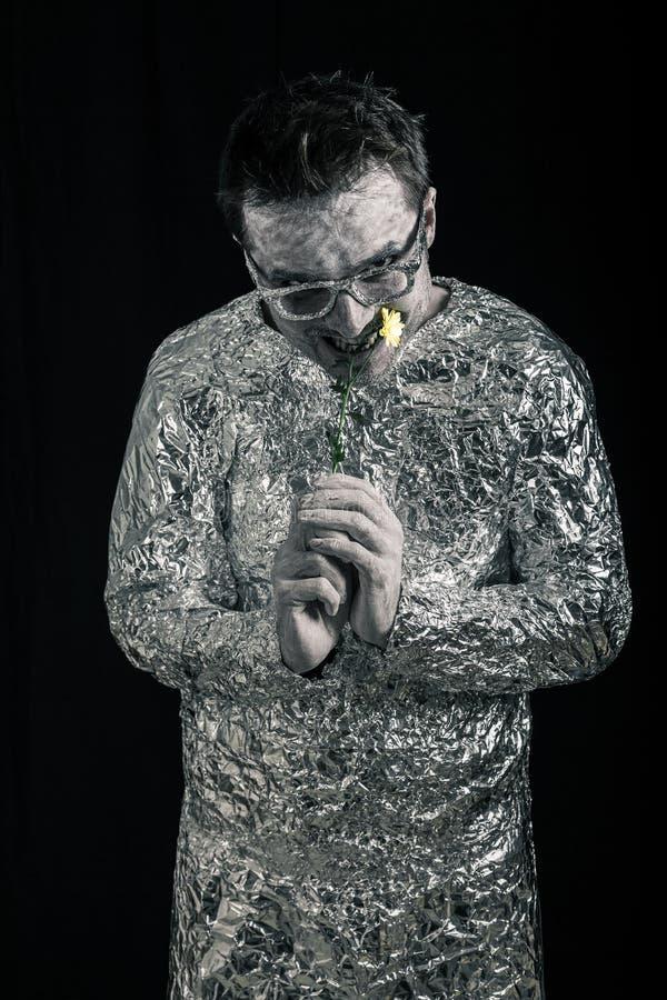 Raumfahrer, der Blume isst lizenzfreies stockfoto