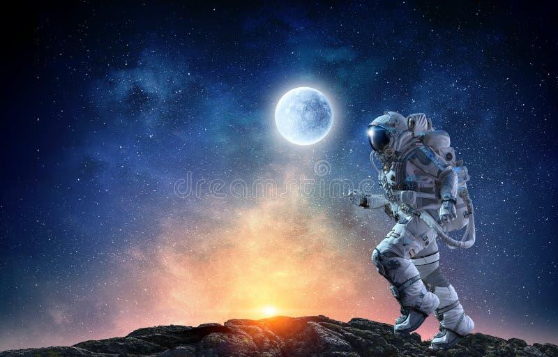Raumfahrer, der schnelle gemischte Medien laufen lässt lizenzfreie abbildung