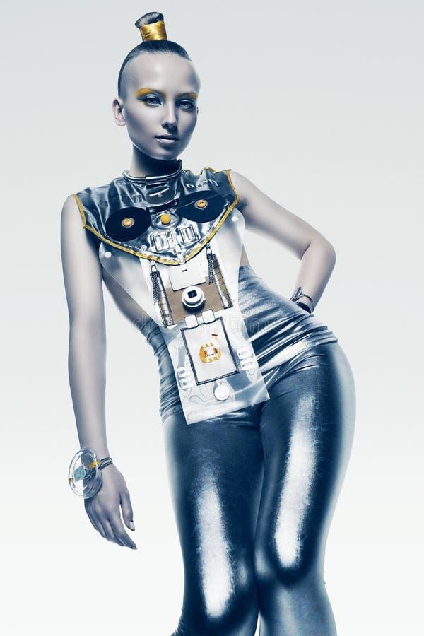 Raumfrau im glänzenden silbernen Kostüm lizenzfreie stockbilder