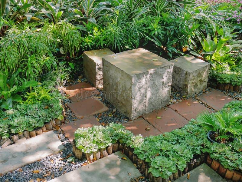 Rauminhalt berechnete konkrete Sitze und Tabelle im Garten lizenzfreie stockfotos