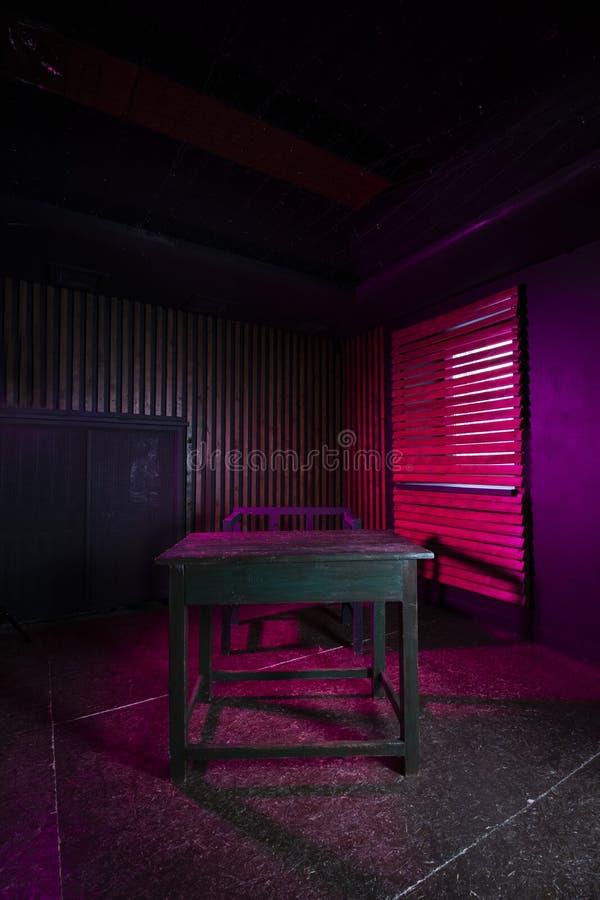 Rauminnenraum mit rosa Beleuchtung stockbild