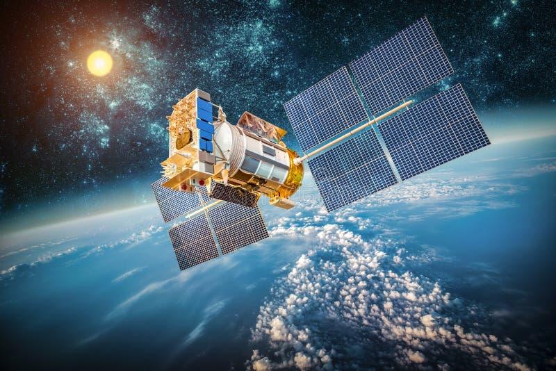 Raumsatellit über der Planetenerde lizenzfreies stockbild