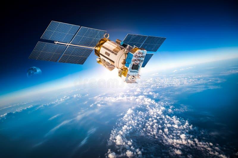 Raumsatellit über der Planetenerde lizenzfreie stockfotos