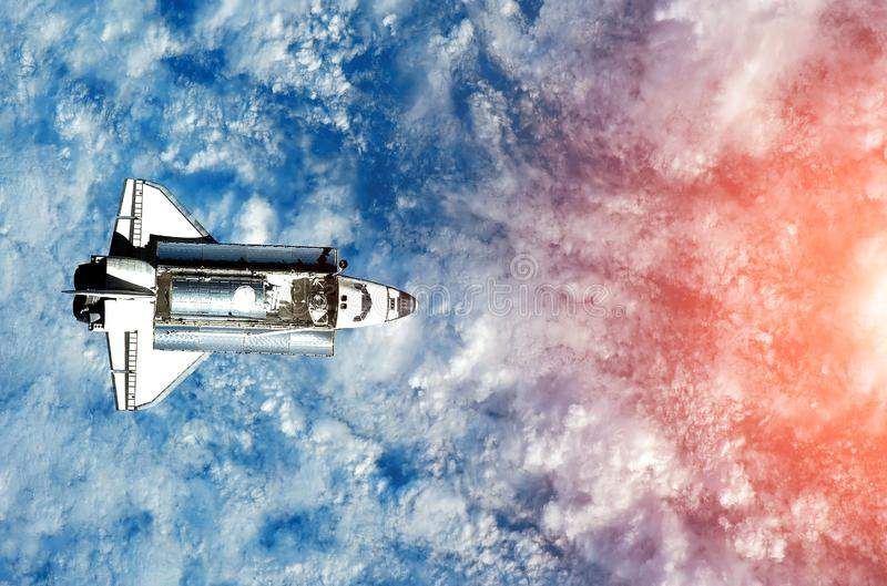 Raumschiff auf dem Flug Raumfährenahaufnahme Dieses ist Datei des Formats EPS10 Ansicht vom Weltraum lizenzfreies stockfoto