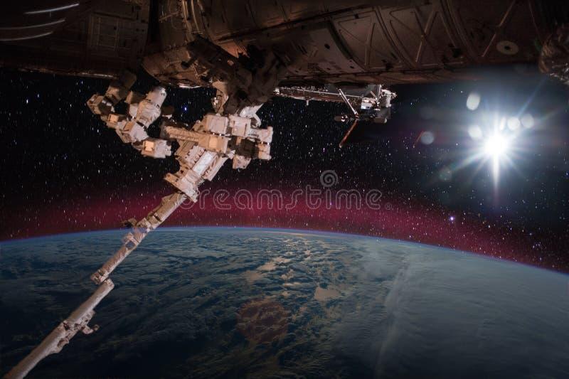 Raumschiff auf der Bahn lizenzfreie stockfotografie