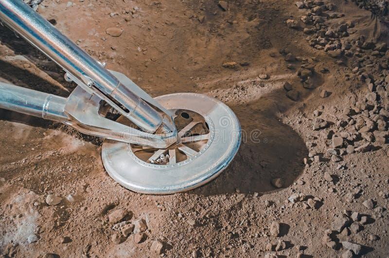 Raumschiff aufgrund von einem anderen Planeten im Universum lizenzfreie stockbilder