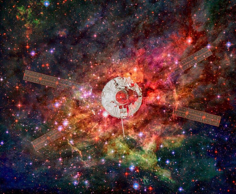 Raumschiff in einem Nebelfleck lizenzfreie stockbilder