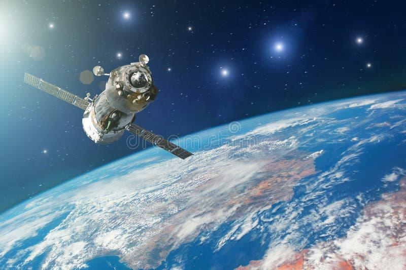 Raumschiff gesteuert von den Astronauten in der Bahn von Planet Erde mit hellen Sternen Elemente dieses Bildes geliefert von der  lizenzfreies stockbild