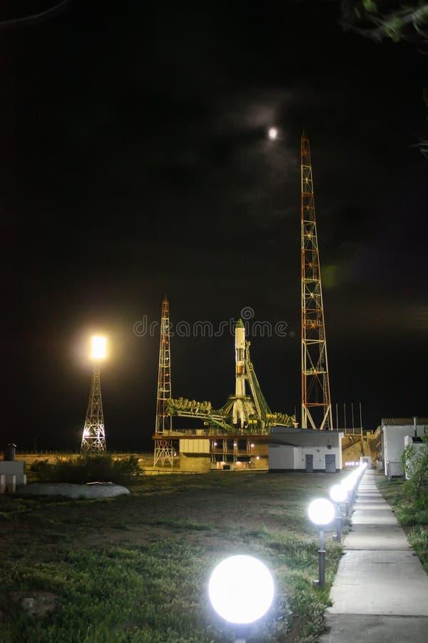 Raumschiff am Produkteinführungskomplex nachts, Bajkonur, Kasachstan lizenzfreies stockfoto