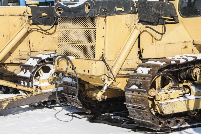 Raupenschlepper steht auf dem Schnee stockbild
