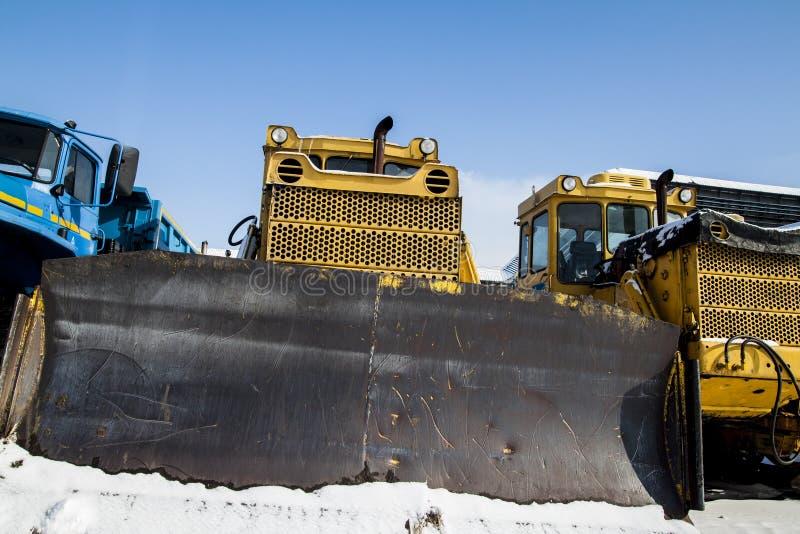 Raupenschlepper steht auf dem Schnee lizenzfreie stockfotografie