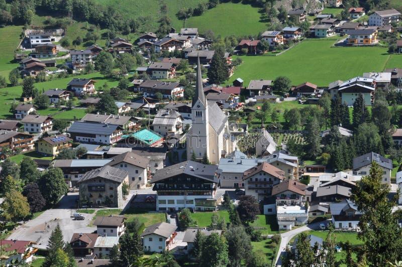 Rauris met een kerk in Oostenrijk, Oostenrijks landschap stock foto's