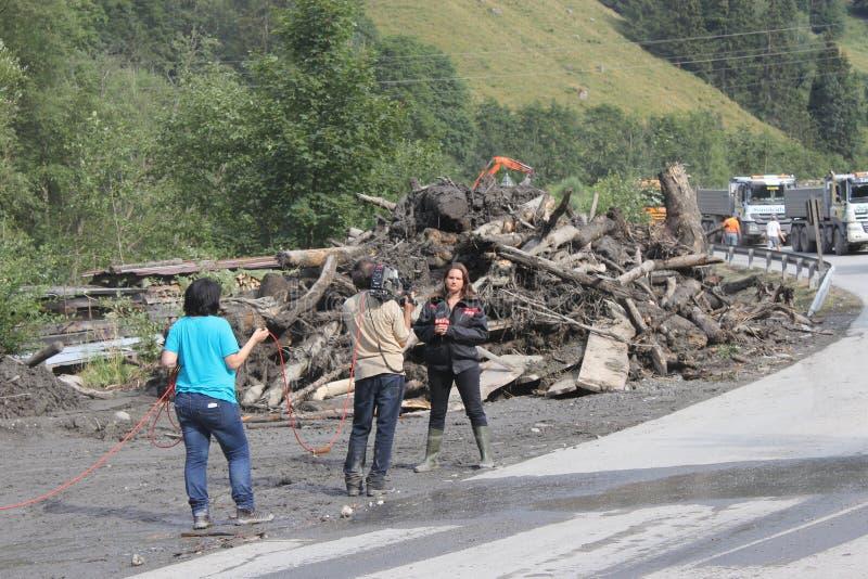 Rauris Salzburg Österrike - Augusti 27, 2015: Göra klar vägen efter jordskred royaltyfri bild
