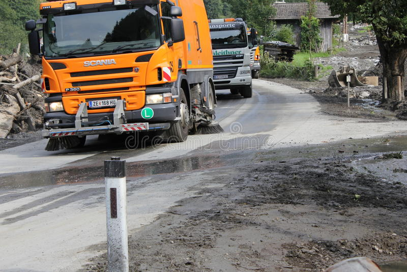 Rauris Salzburg Österrike - Augusti 27, 2015: Göra klar vägen efter jordskred royaltyfri foto