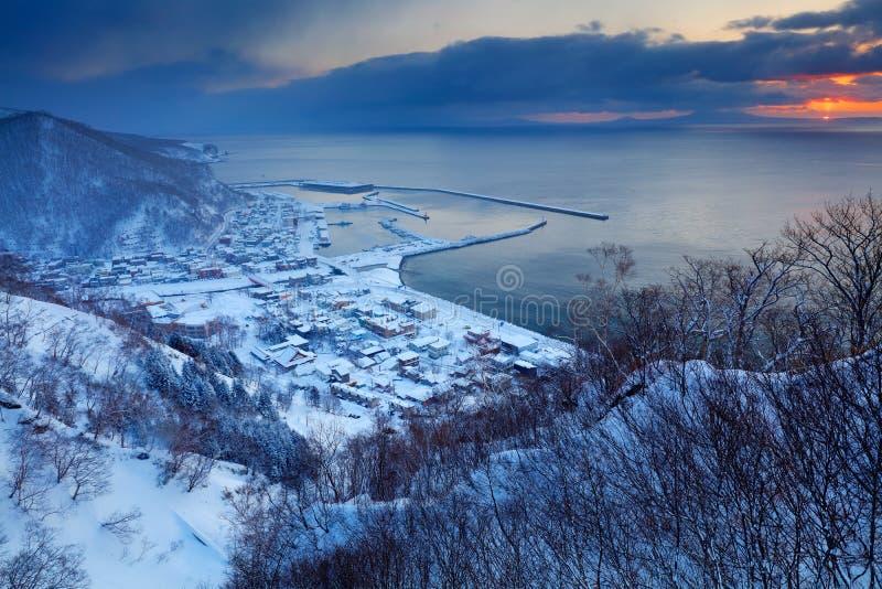 Rausu городок расположенный в районе Menashi, супрефектуре Nemuro, Хоккаидо Заход солнца утра гавани Rausu во время зимы Красивый стоковое изображение