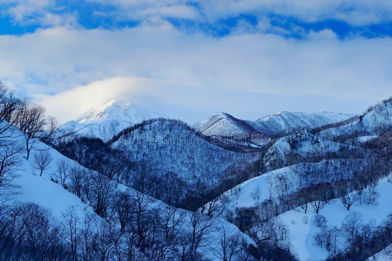 Rausu est montagne située dans le secteur de Menashi, sous-préfecture de Nemuro, Hokkaido Coucher du soleil de matin de port de R photos stock