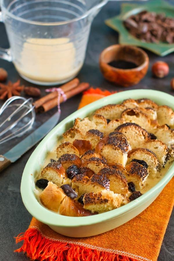 Rauw leftovers, zoet brood, bereid met rozijnen royalty-vrije stock foto's